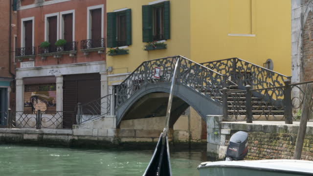 vídeos de stock e filmes b-roll de ride a gondola through venice - embarcação comercial