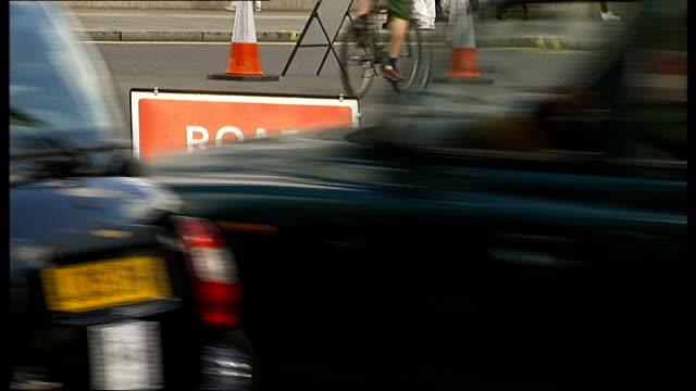 stockvideo's en b-roll-footage met arnaud demare wins london-surrey classic; laura trott interview sot traffic driving past 'road closed' sign traffic along **johson interview overlaid... - bord weg afgesloten