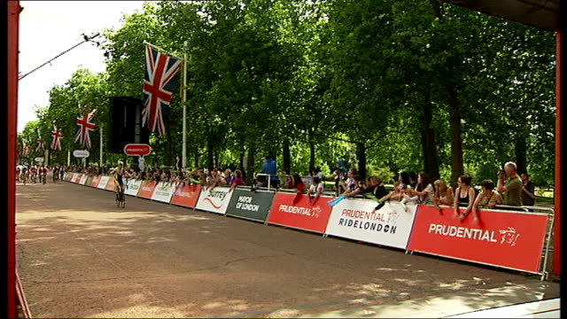 LondonSurrey 100 ENGLAND London The Mall Cyclists finishing RideLondon 100 challenge on The Mall / spectators banging support on crash barriers /...