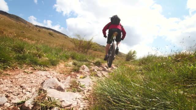 vídeos de stock, filmes e b-roll de hd: mtb rider ciclismo, íngremes - colina acima