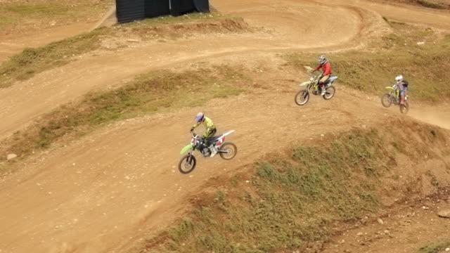vidéos et rushes de aerial riders dans une course de motocross - monter sur un moyen de transport