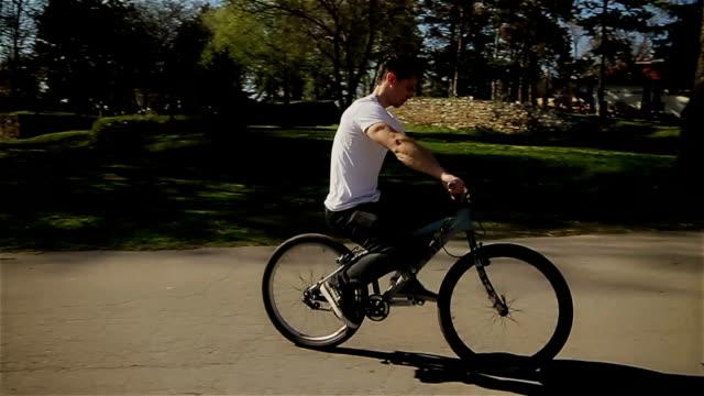 stockvideo's en b-roll-footage met een fiets achteruit - acrobaat