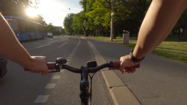 stockvideo's en b-roll-footage met fietsen in göteborgse stad pov - sunny