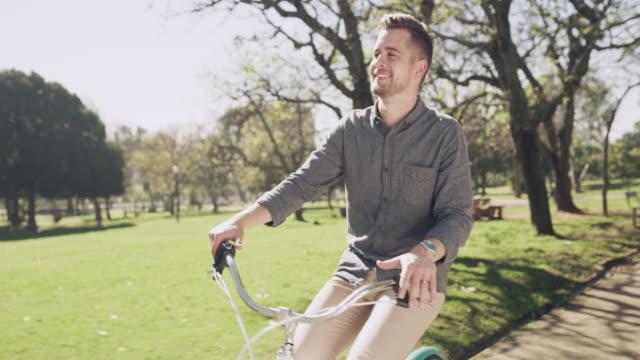 vidéos et rushes de faire du vélo, où vos jambes deviennent un moteur - jeunes hommes