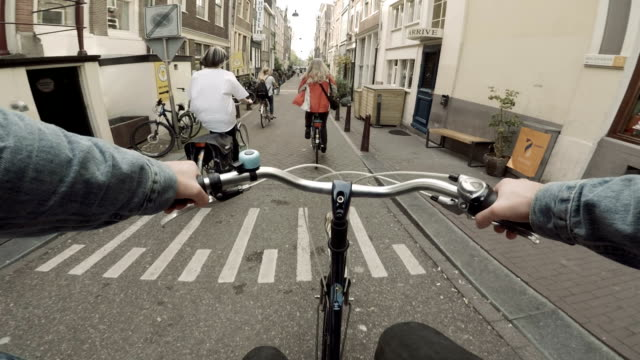 vídeos de stock e filmes b-roll de riding a bike down the streets of amsterdam, netherlands - bicicleta