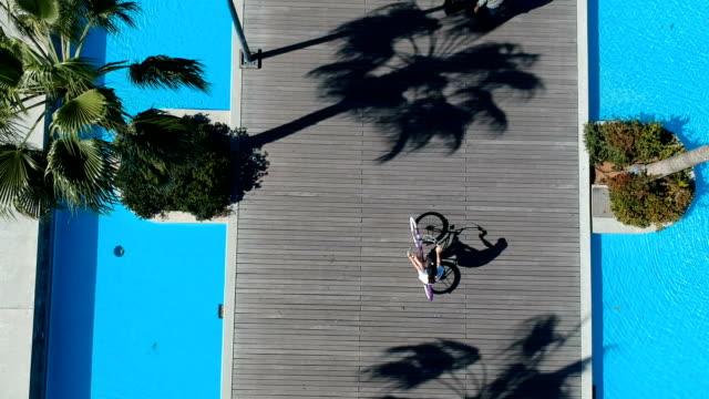 vidéos et rushes de faire du vélo dans la ville. littoral - activité de loisirs