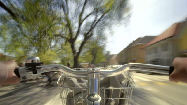 hd-zeitraffer: riding a citybike in der stadt - moving past stock-videos und b-roll-filmmaterial