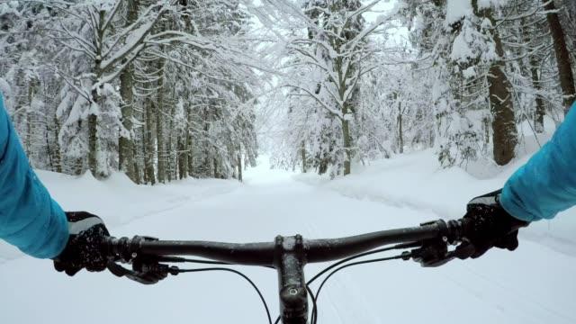 vídeos y material grabado en eventos de stock de pov bicicleta grasa a través de la nieve - manillar
