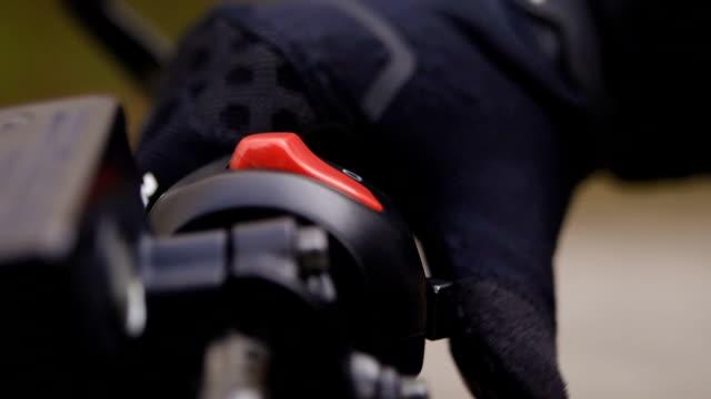 vídeos y material grabado en eventos de stock de montar una motocicleta. - manillar