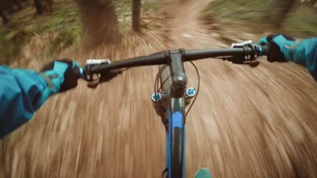 pov 森の道を下りるマウンテンバイク - クロスカントリーサイクリング点の映像素材/bロール