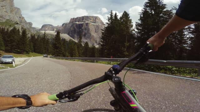 山道でマウンテン バイクに乗ってpov - トレンティーノ点の映像素材/bロール