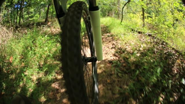 reiten ein mountainbike - speichen stock-videos und b-roll-filmmaterial