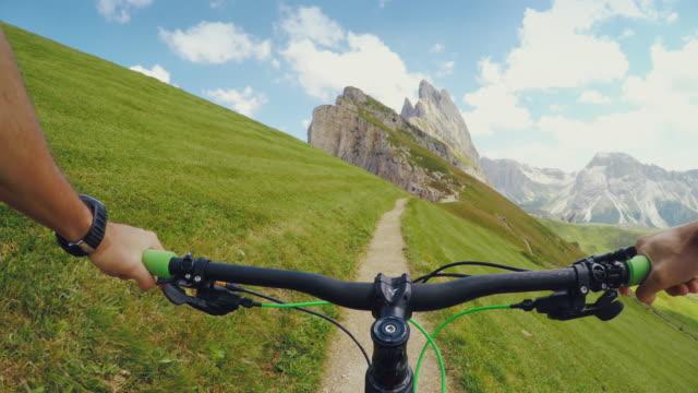 Rijden op een mountainbike in hooggebergte
