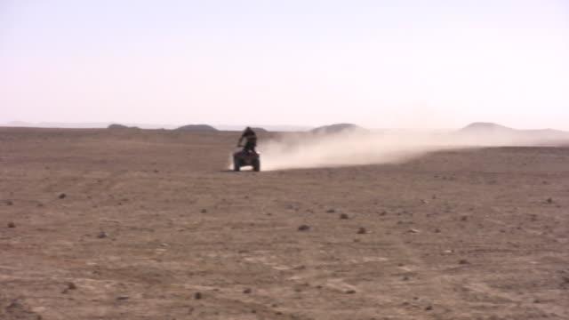 auf einer quad-bike - fahrzeug fahren stock-videos und b-roll-filmmaterial