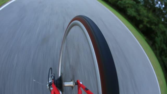 riding a road bike - speichen stock-videos und b-roll-filmmaterial