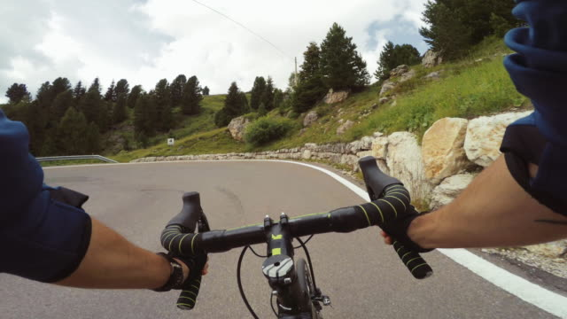 vídeos y material grabado en eventos de stock de pov montando una bicicleta de carreras de carretera en un paso de montaña - alto adigio