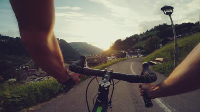 道路競走用自転車に乗ってpov - トレンティーノ点の映像素材/bロール