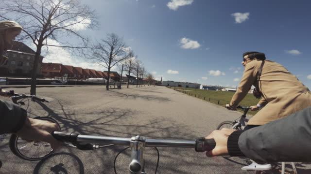 vídeos de stock e filmes b-roll de pov riding a urban road city bicycle in copenhagen with friends - filme de ação
