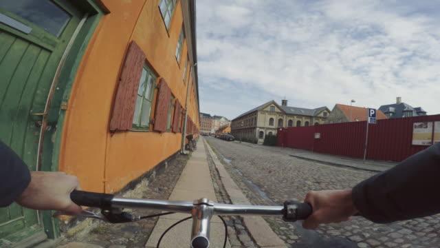 vídeos de stock, filmes e b-roll de pov, andar de bicicleta da cidade estrada urbana - copenhague