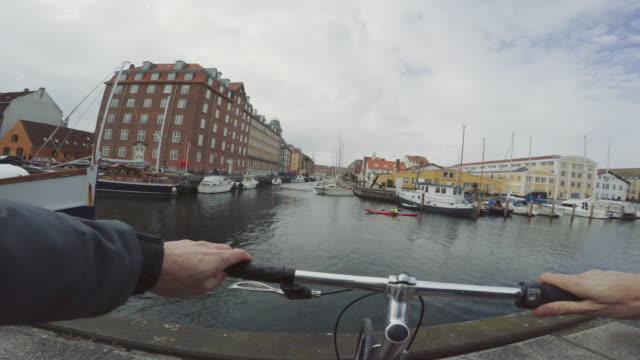 pov städtische straße stadt fahrrad - kopenhagen stock-videos und b-roll-filmmaterial