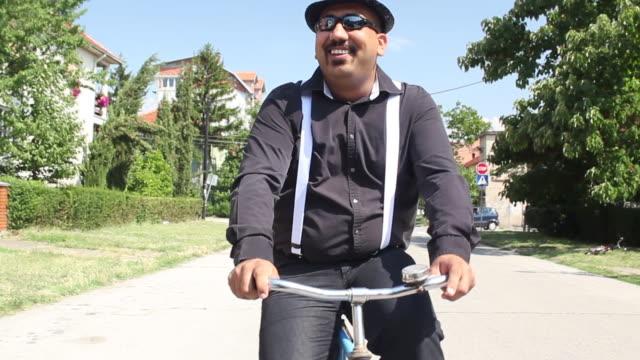 fahrrad fahren auf der straße - suspenders stock-videos und b-roll-filmmaterial