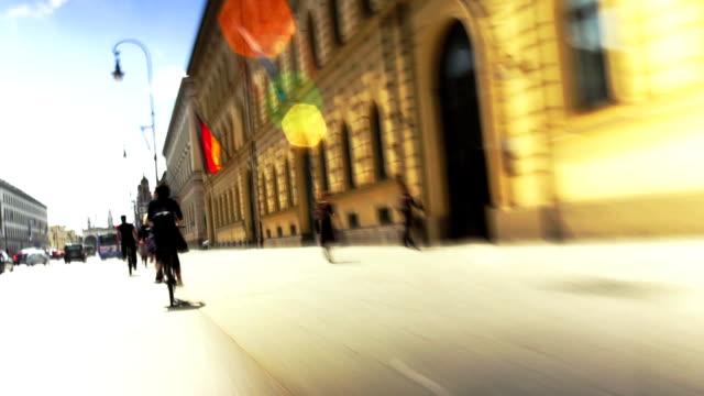 pov reiten fahrrad in der stadt - fahrzeug fahren stock-videos und b-roll-filmmaterial