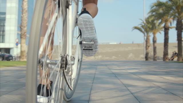 vídeos de stock, filmes e b-roll de andar de bicicleta  - short curto