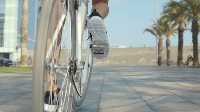 vídeos de stock e filmes b-roll de riding bicycle (slow motion) - bicicleta