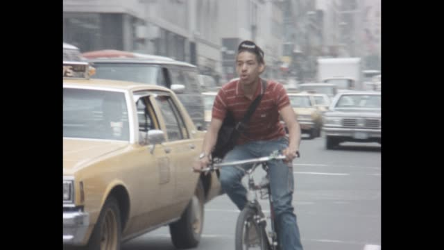 stockvideo's en b-roll-footage met 1985 nyc - riding bicycles on busy manhattan street - commercieel landvoertuig