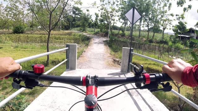 vídeos y material grabado en eventos de stock de riding bike through countryside - manillar