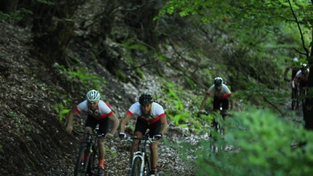 ridning cyklar genom vilda vägar i skogen - kulle bildbanksvideor och videomaterial från bakom kulisserna