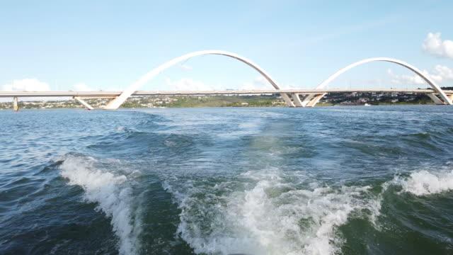 riding by boat at paranoa lake on brasília. - juscelino kubitschek bridge stock videos & royalty-free footage