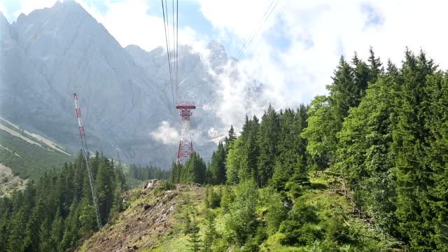 vídeos de stock, filmes e b-roll de andar de teleférico no topo de paisagem montanhosa zugspitze alpine alpes da alemanha - montanha zugspitze