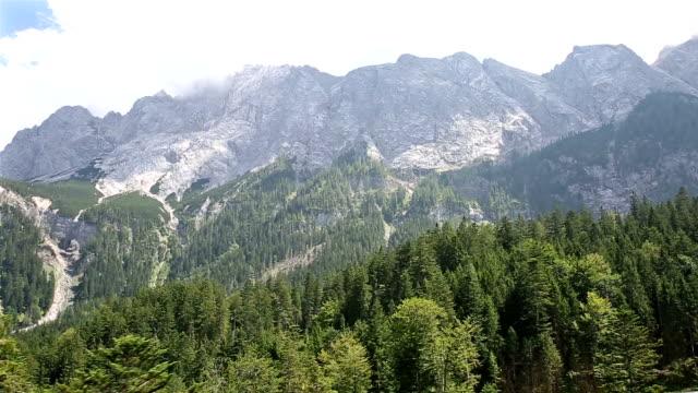 reiten seilbahn oben zugspitze alpinen alpen gebirge landschaft deutschlands - kiefer stock-videos und b-roll-filmmaterial