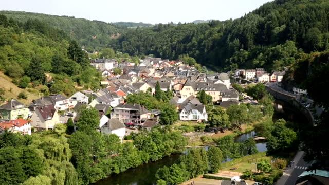stockvideo's en b-roll-footage met paardrijden kabelbaan gondelbaan met vianden stadsgezicht luxemburg benelux - hd format