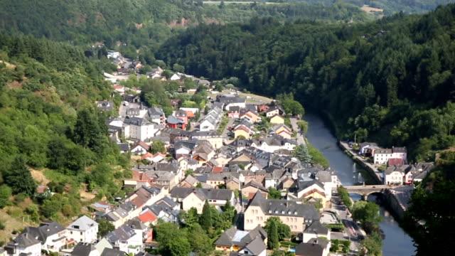 Rider linbana gondolbanan med Vianden stadsbilden Luxemburg BeNeLux