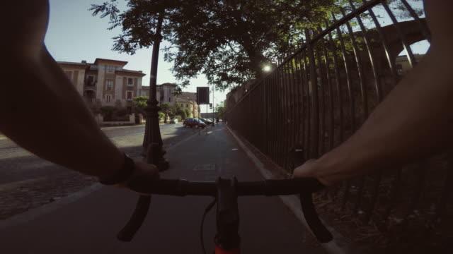 vídeos de stock e filmes b-roll de pov riding: commuter with road racing bicycle in the city - filme de ação