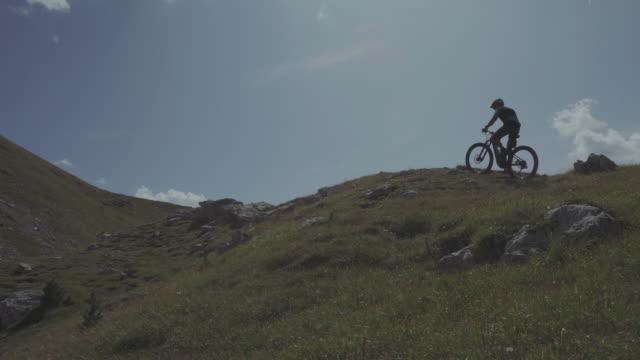 e-自転車マウンテン バイク自転車に乗ってドロミテ - トレンティーノ点の映像素材/bロール