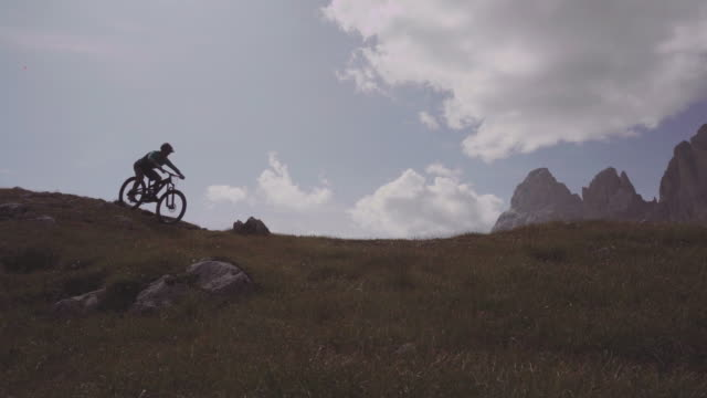 e-bike fahrrad mountainbike in dolomiten - mountainbiking stock-videos und b-roll-filmmaterial