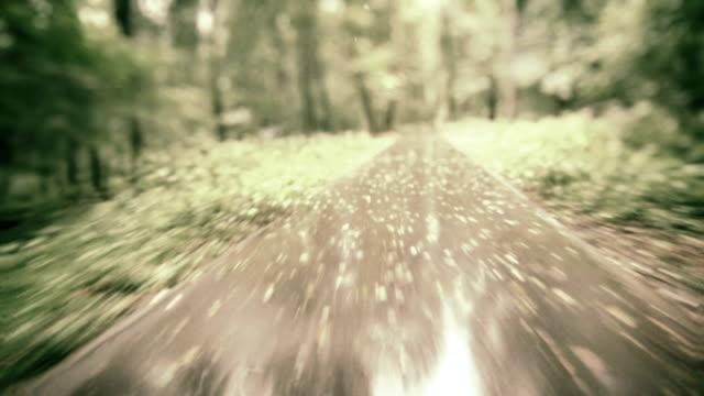 Radfahren in einem park.  Zeitlupe motion