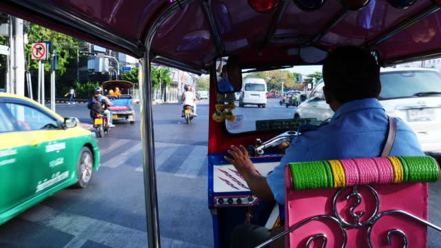 vídeos y material grabado en eventos de stock de riding in bangkok taxi, point of view - taxista