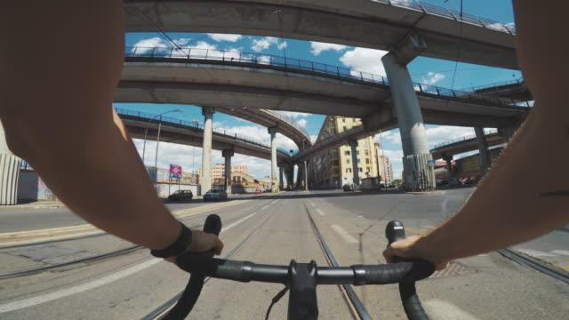 vídeos de stock e filmes b-roll de pov riding: man with bicycle in the city - guiador