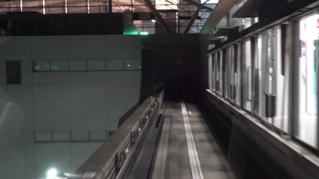 reiten einschienenbahn in osaka japan - einschienenbahn stock-videos und b-roll-filmmaterial