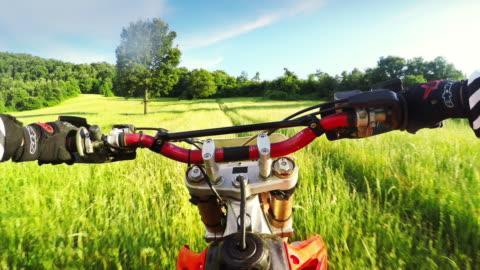 pov riding motocross enduro bike outdoor - varmt ljus bildbanksvideor och videomaterial från bakom kulisserna