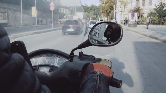 vidéos et rushes de scooter de moteur d'équitation dans le centre-ville - scooter