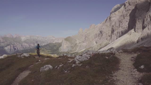 riding mountainbike bicycle on dolomites - val di fassa video stock e b–roll