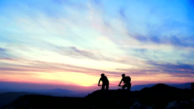 hd crane: riding mtb on the ridge at sunset - back lit stock videos & royalty-free footage