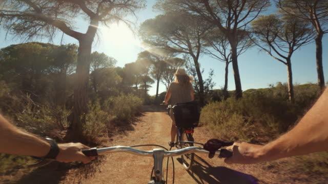 pov ridväg cykel: på landsbygden i toscana under en sommardag - toscana bildbanksvideor och videomaterial från bakom kulisserna