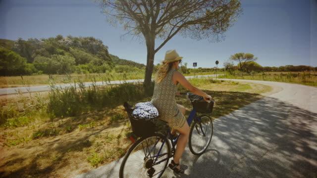 vídeos de stock e filmes b-roll de pov riding road bicycle: in the countryside of tuscany during a summer day - filme de ação