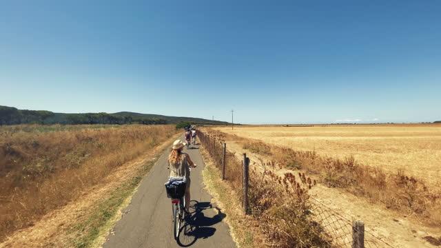 vidéos et rushes de pov vélo de route: dans la campagne de toscane pendant une journée d'été - deux personnes